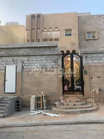 7 Bedroom Villa for Sale in Riyadh, Riyadh Region - Two-floors detached villa for sale in Al Malaz district, east of Riyadh