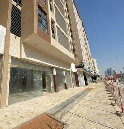 Showroom for Rent in Riyadh, Riyadh Region - صالة عرض للإيجار على طريق العليا العام